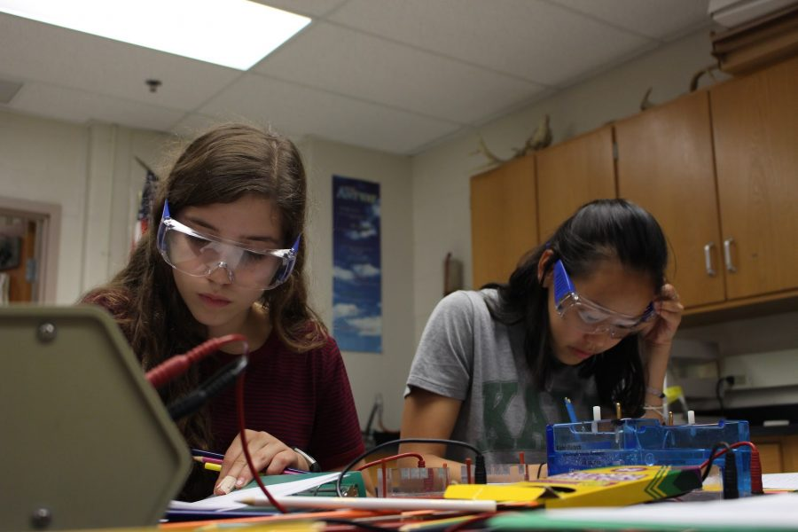 Junior+Julie+Cooper+and+senior+Sarah+Morgan+work+on+gel+electrophoresis+lab+in+Molecular+Genetics.