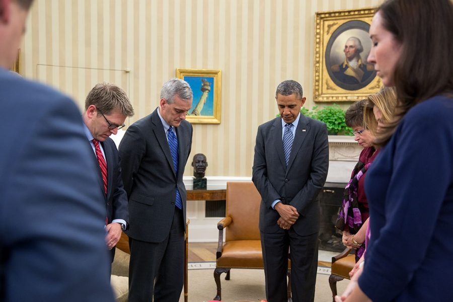 President+Barack+Obama+and+his+cabinet+staff+participate+in+a+moment+of+silence+after+the+Sandy+Hook+Elementary+School+shooting+2012.+