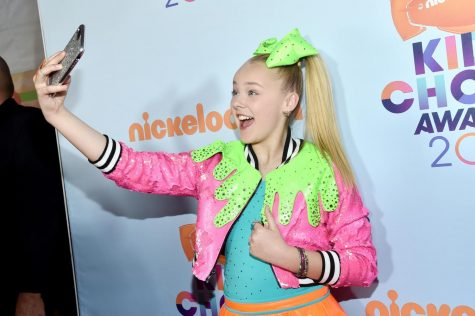 JoJo Siwa taking a selfie at the 2017 Kid Choice Awards, where she won