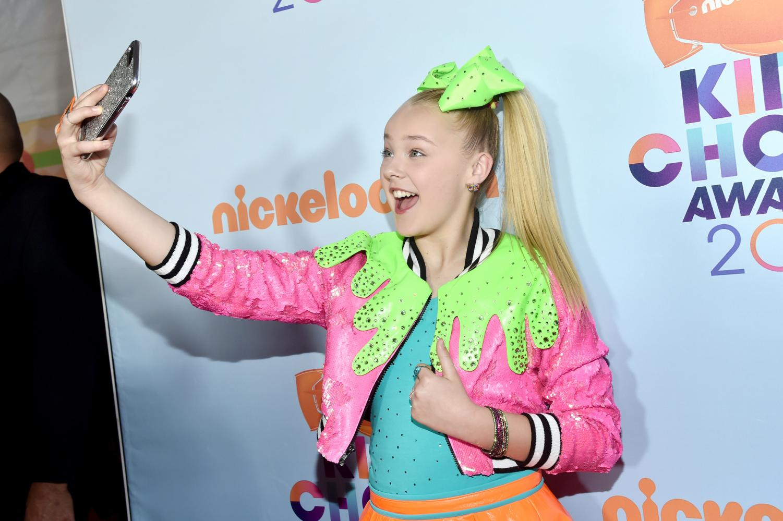JoJo Siwa taking a selfie at the 2017 Kid Choice Awards, where she won
