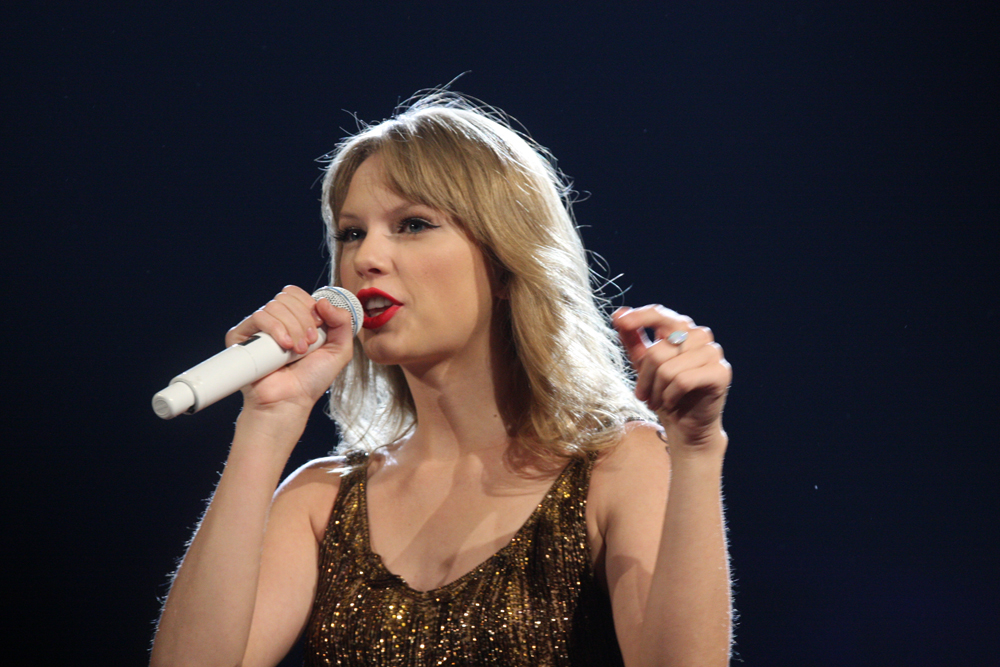 Taylor Swift returns to top of the music world