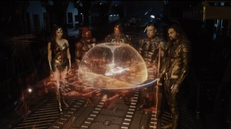 Visual effects like the hologram showed above were just one of the things that Zack Snyder nailed in his version. Additionally, great camera angle choice makes this scene one of the best in the movie.